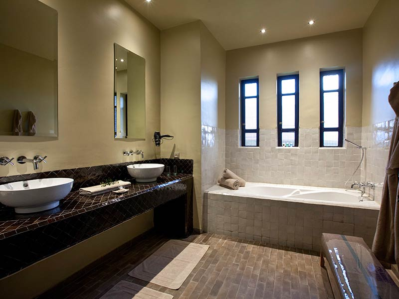 Le palais paysan book le palais paysan riad in marrakech - Salle de bain moderne avec baignoire ...
