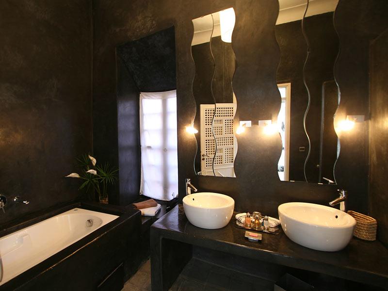 Riad villa wenge book riad villa wenge riad in marrakech for Salle de bain wenge